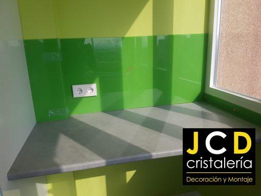 Foto 3 de revestimiento con vidrio de color por Crisalería JCD en Madrid